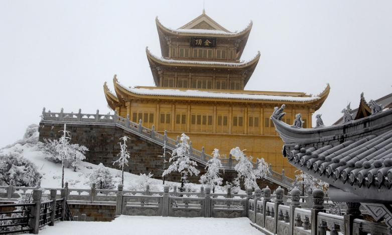 White snow turns Emei Mountain into a winter fairyland